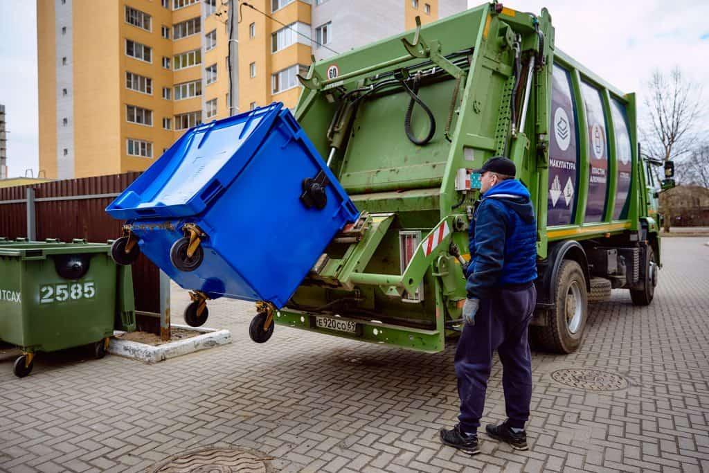 Процесс загрузки мусоровоза